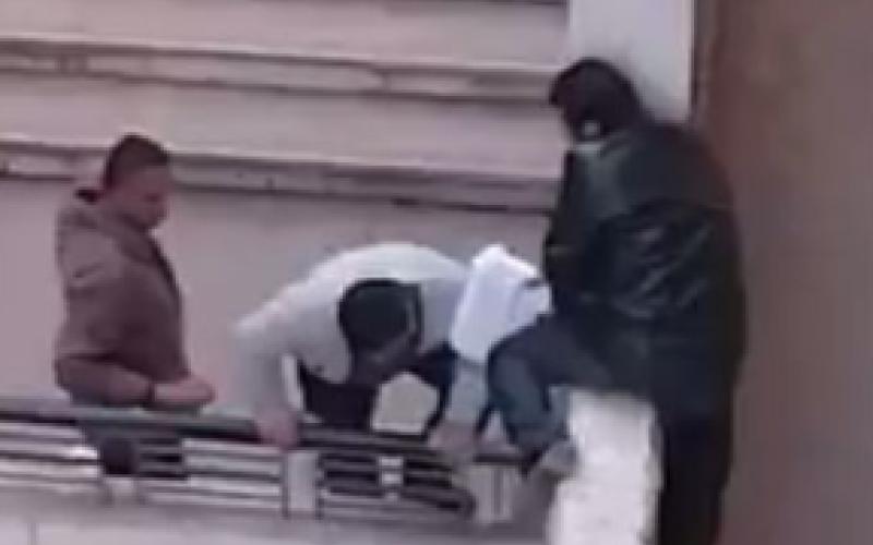 بالفيديو.. هروب جماعي لمعلمين من فوق سور مدرسة!