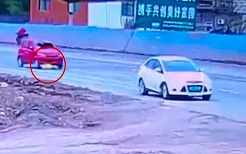 بالفيديو.. يدهس امرأة ويجر جسدها تحت عجلات السيارة عمداً