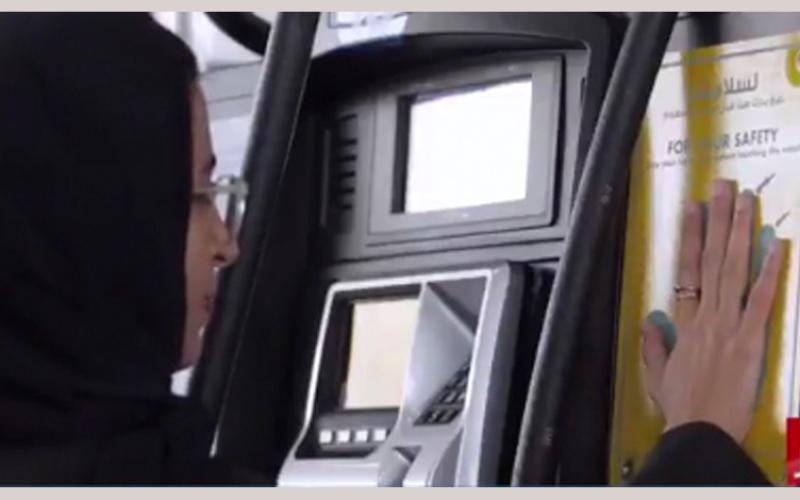 الصورة: بالفيديو..نورة الكعبي تقوم بتعبئة مركبتها بالوقود ذاتياً