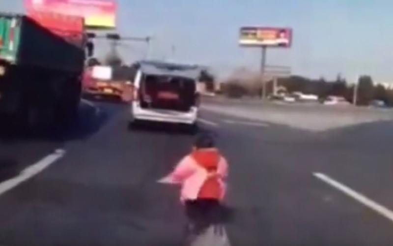بالفيديو.. طفل يسقط من صندوق سيارة في طريق سريع دون أن يصب بأذى