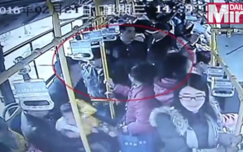 الصورة: بالفيديو.. مسن ينهال بالضرب على امرأة حامل داخل حافلة