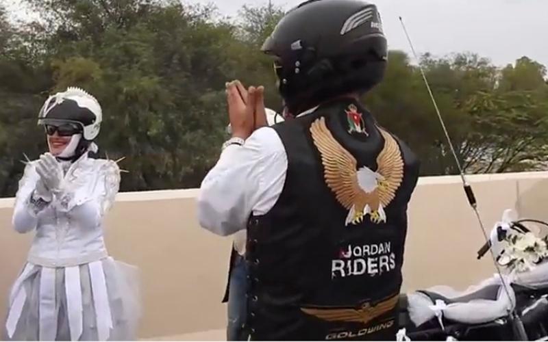 بالفيديو.. عروس عربية تزف على دراجة نارية