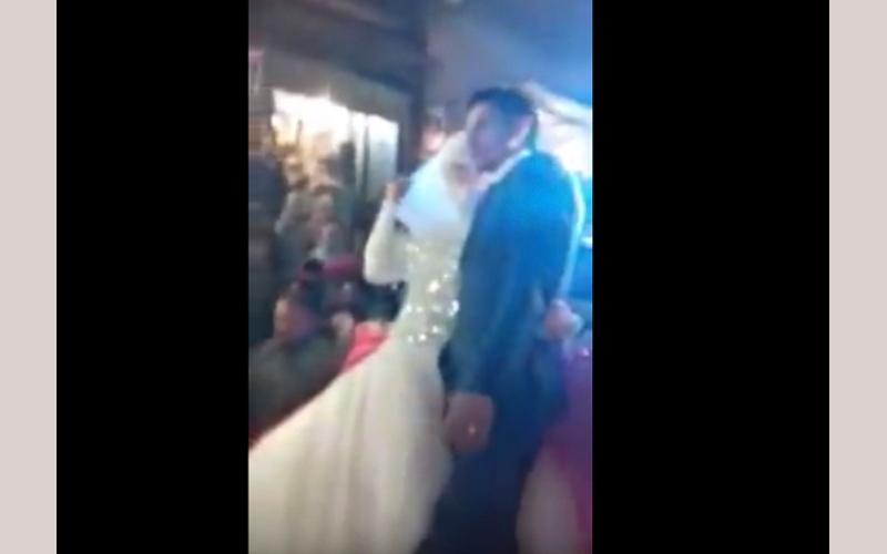 """بالفيديو.. عروسان عربيان يقيمان """"الزفة"""" على جرافة"""