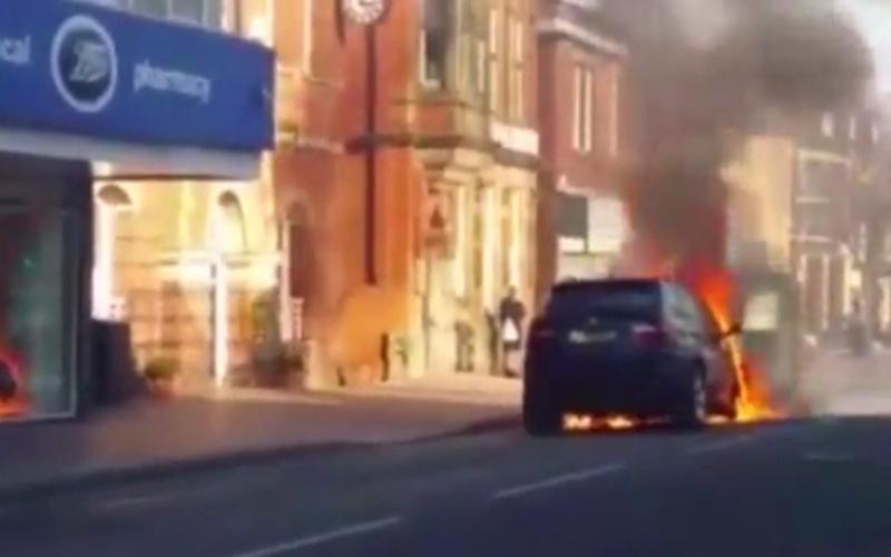 """بالفيديو.. تكتشف احتراق سيارتها من موقع """"فيس بوك"""""""