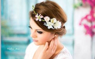 تاج الزهور يزيّن شعرك  في الربيع