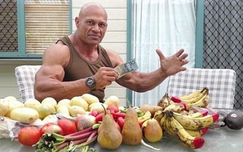 بالفيديو.. هذا ما يأكله أقوى رجل في أستراليا!