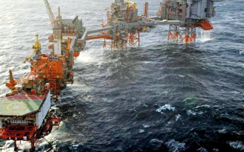 كبار منتجي النفط يبحثون في الدوحة تجميد الإنتاج لخفض الفائض وإنعاش الأسعار