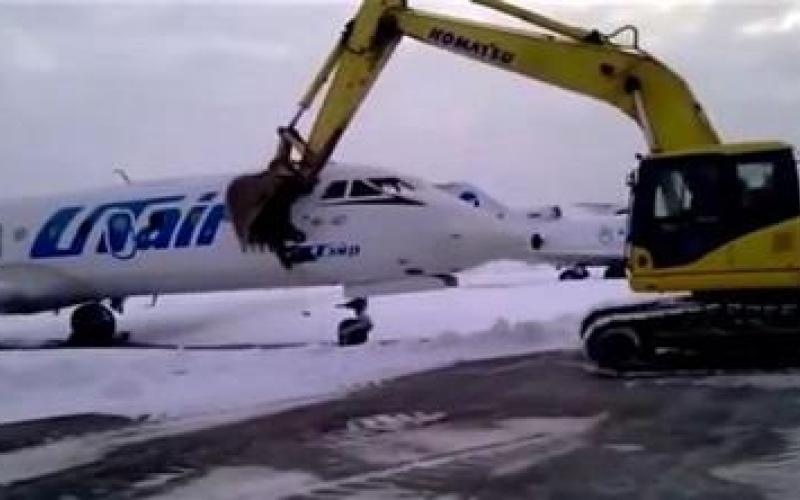 شاهد بالفيديو ..موظف مطار غاضب يحطم طائرة بعد طرده من عمله!