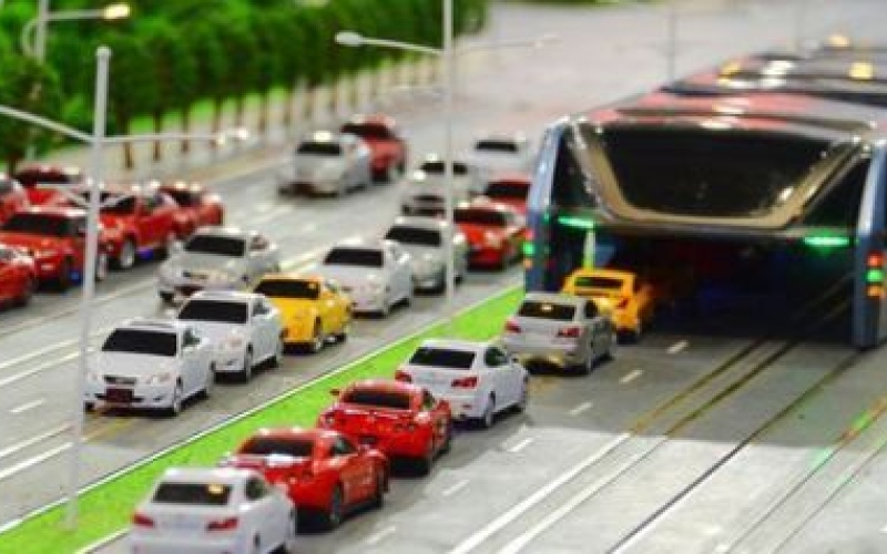 الصورة: بالفيديو.. حافلة تسير فوق السيارات للقضاء على الازدحام المروري