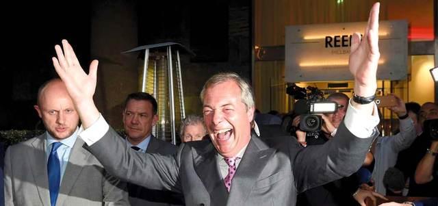 زعيم حزب الاستقلال البريطاني نايجل فاراج يعبّر عن فرحته.  رويترز