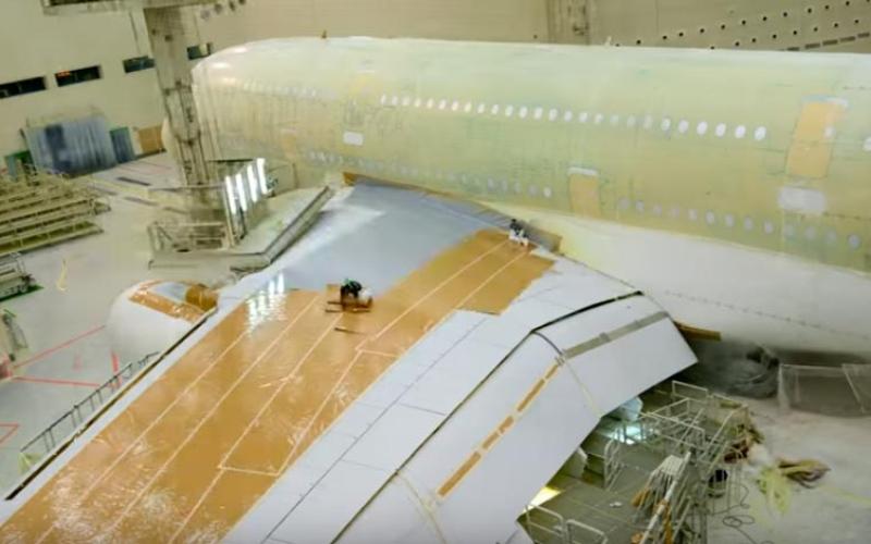 بالفيديو.. شاهد عملية طلاء أكبر طائرة تجارية في العالم بوقت قياسي