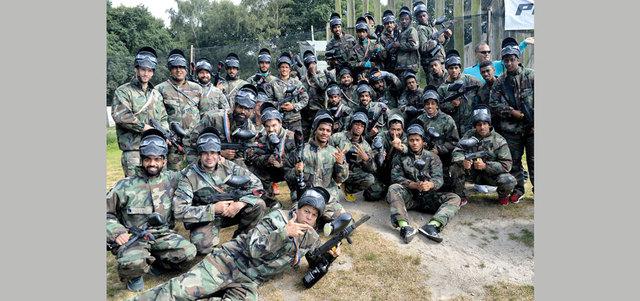 لاعبو الشباب خلال ممارستهم لعبة الـ«بينت بول» في معسكر هولندا. من المصدر
