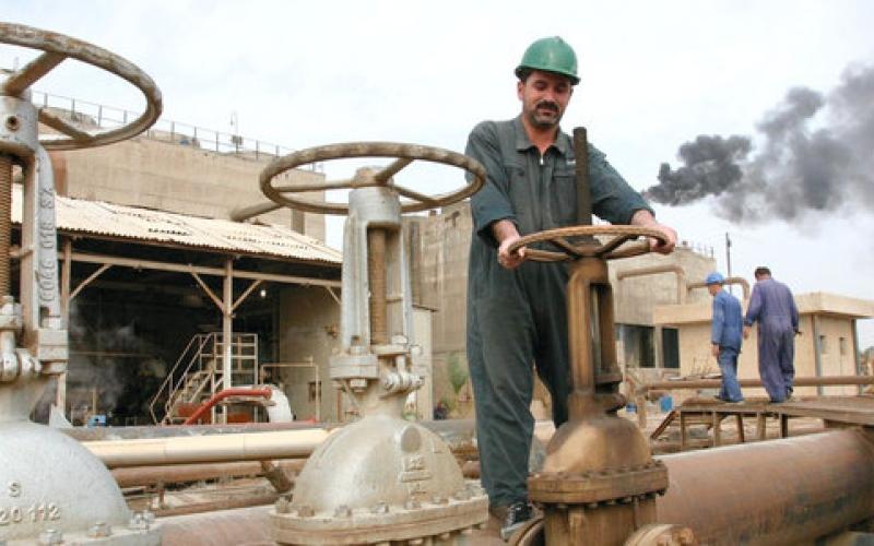 النفط يتراجع بدعم من تخمة المعروض والمنتجات المكرّرة