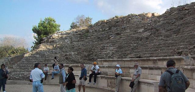 باحثون أجانب داخل المدرج الروماني في صفورية الذي يتسع لـ 4500 مقعد حجري.  الإمارات اليوم
