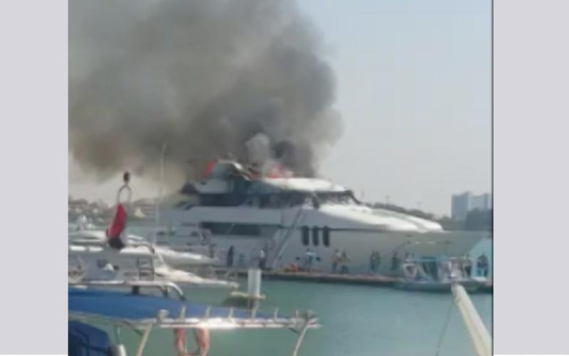 الصورة: بالفيديو.. احتراق يخت في مارينا الجزيرة الحمراء