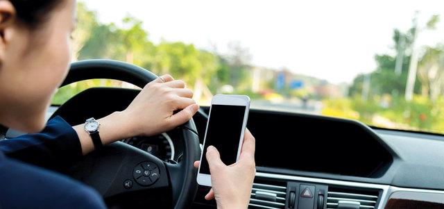 حوادث بليغة بسبب «الشات» أثنـاء القيادة.. والسائق قاتل أو مقتول  حوادث بليغة بسبب «الشات» أثنـاء القيادة.. والسائق قاتل أو مقتول