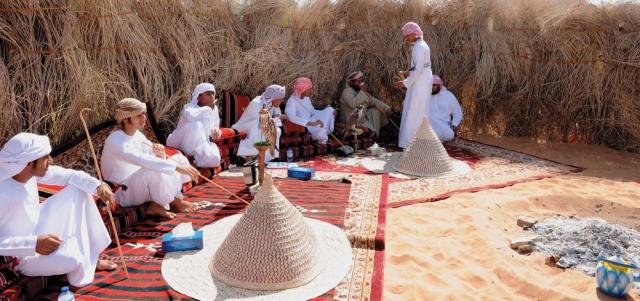 عادات وتقاليد تقديم القهوة تمثل جزءاً مهماً في منظومة القيم «السنع». الصور من: نادي تراث الإمارات