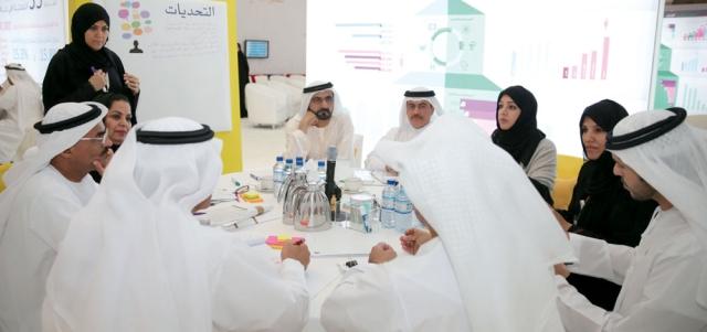 محمد بن راشد عقد كثيراً من الخلوات والاجتماعات مع فريقه الوزاري. أرشيفية