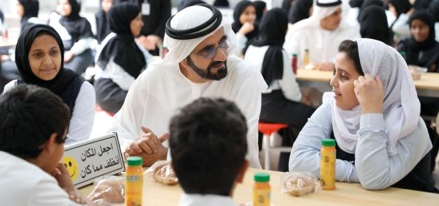 محمد بن راشد متحدثاً إلى طالبة في مدرسة فاطمة بنت مبارك برأس الخيمة حيث عقد اجتماع مجلس الوزراء. وام