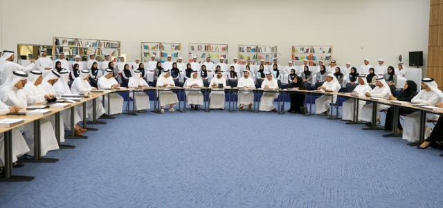 محمد بن راشد خلال ترؤسه اجتماع مجلس الوزراء الاستثنائي. وام