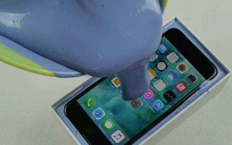 """الصورة: بالفيديو.. ملايين المشاهدات لجهاز """"آي فون7"""" يغرق بالمطاط"""