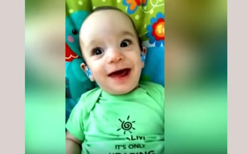 الصورة: بالفيديو.. لقطات مؤثرة لطفل أصم يسمع أمه لأول مرة