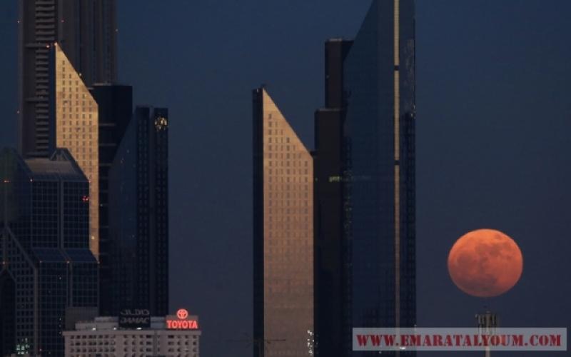 القمر العملاق يزين سماء الإمارات