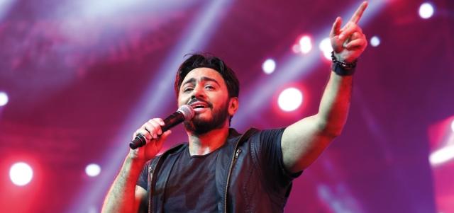 تامر حسني يغني على مسرح القرية العالـمية في دبي - الإمارات اليوم