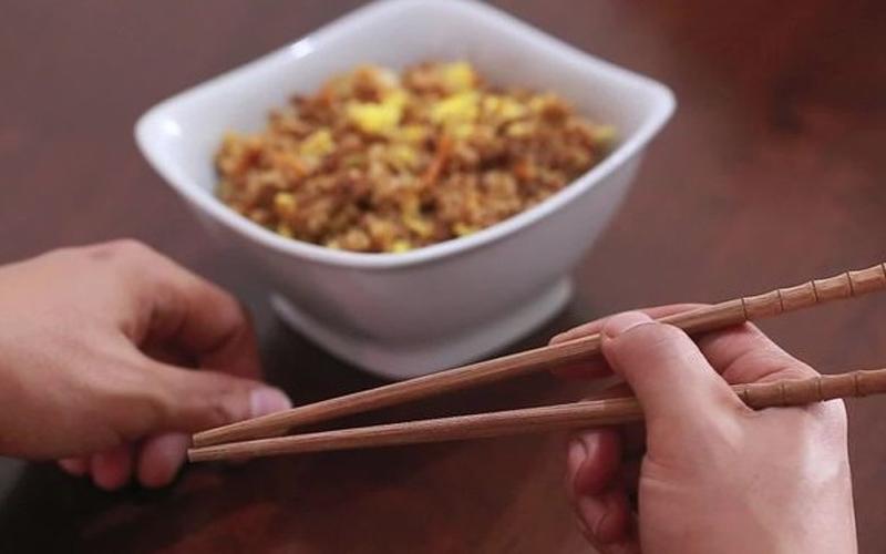 عيدان الطعام.. امتداد للأصابع و«إتيكيت» عمره 3000 عام