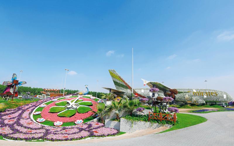 طيران الإمارات وميراكل غاردن تبنيان أكبر طائرة بالحجم الحقيقي من الزهور