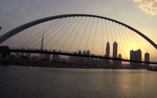 شاهد.. لحظة شروق الشمس على قناة دبي المائية