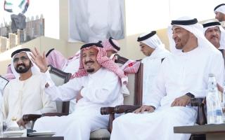 خادم الحرمين الشريفين ومحمد بن راشد ومحمد بن زايد يشهدون «مسيرة الاتحاد»