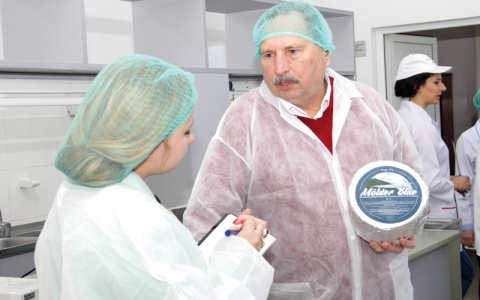 شركة مفلسة تدفع الجبنة لموظفيها عوضاً عن المال