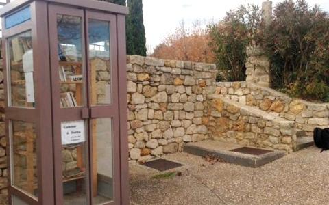 بلدية فرنسية تحوّل كابينة هاتف إلى مكتبة عامة