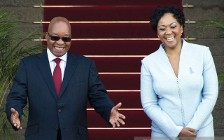 السيدة الأولى في جنوب إفريقيا تدافع عن زوجها «المجتهد في عمله»