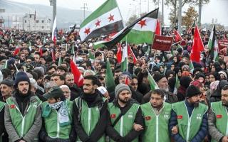 آلاف يتظاهرون على الحدود التركية احتجاجاً على حصار حلب