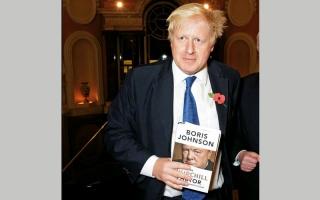 بوريس جونسون يروّج لكتابه خلال رحلاته الرسمية في الخارج
