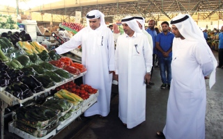 «اقتصادية دبي» تدعو تجاراً في «العوير» إلى الالتزام بملصقات واضحة للأسعار