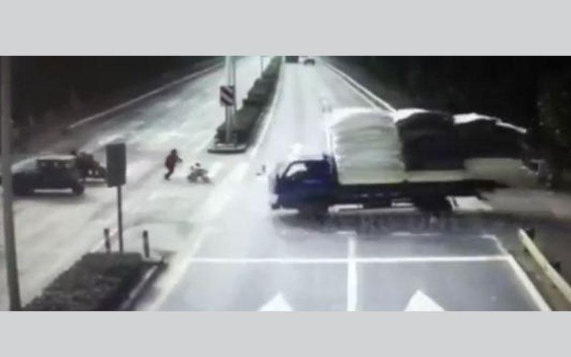 فيديو.. نجاة طفل من الموت بعد دهسه بشاحنة أمام والدته في الصين