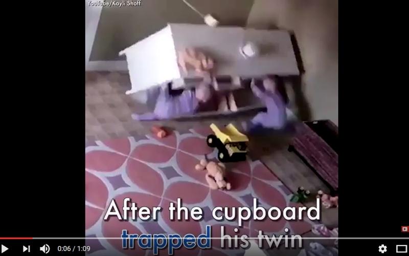 الصورة: بالفيديو.. طفل صغير ينقذ أخاه من الموت
