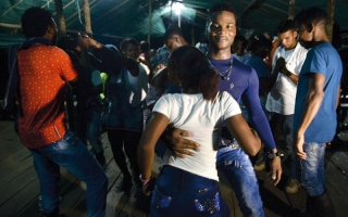 موظفون أمميون يرقصون مع متمردي «فارك»