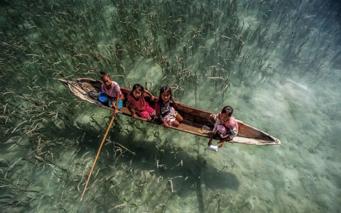 الباجاو.. شعب يسكن البحر وتتعبه اليابسة