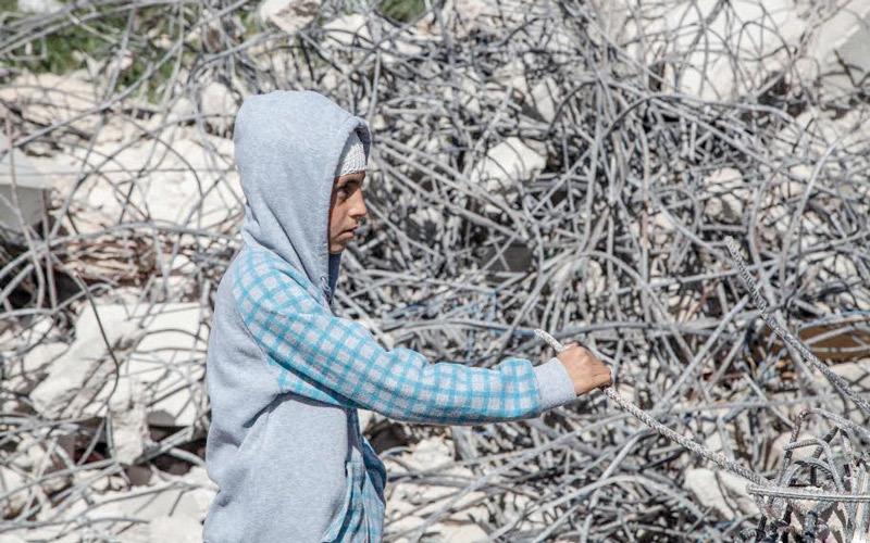 طفل يقف أمام ركام منزله الذي هدمه الاحتلال. الإمارات اليوم