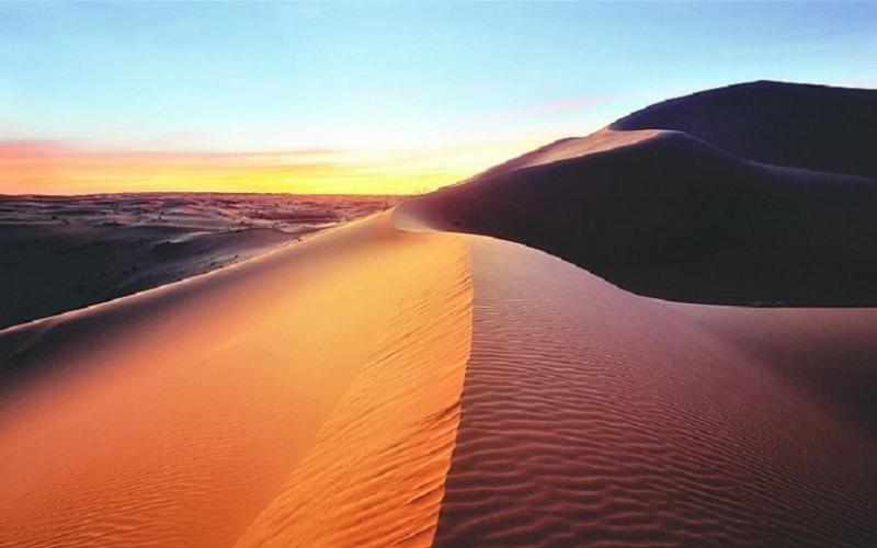 """شاهد بالفيديو.. روعة """"الغروب"""" في الصحراء"""