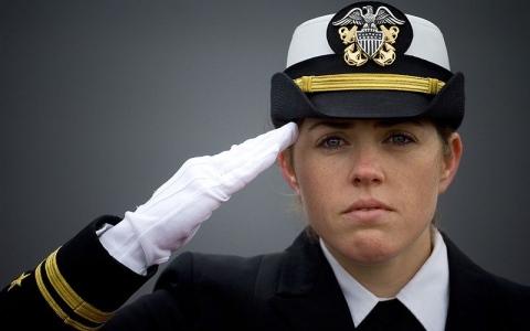 #سؤال _ بسيط..لماذا ترفع اليد اليمنى لأداء التحية العسكرية