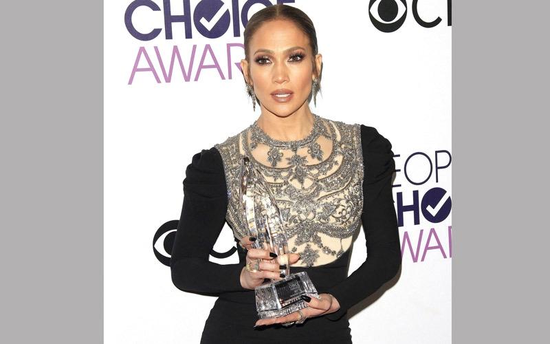 لوبيز تفوز بأول جائزة لها في «بيبول تشويس»