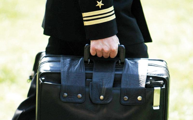 حقيبة «كرة القدم النووية».. ظلّ الرئيس الأميركي