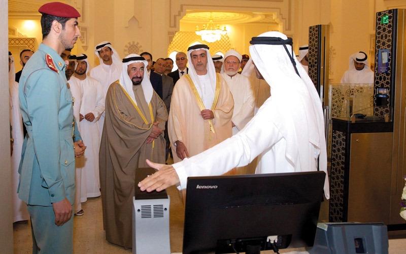 سلطان القاسمي وسيف بن زايد يطلعان على نظام المنافذ الإلكترونية