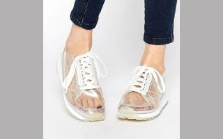 الصورة: الأحذية الشفافة تمنحك إطلالة سندريلا