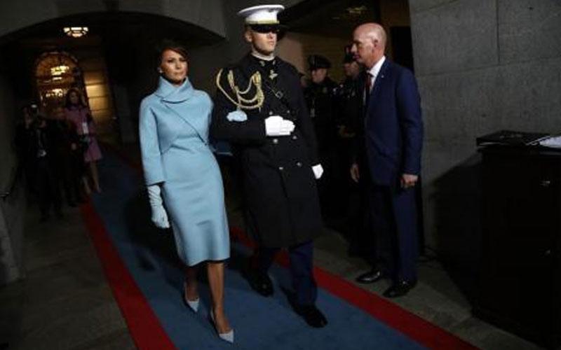 بالصور.. فستان مساعدة ترامب يخطف الأنظار من زوجته ملانيا ويتصدر عناوين الصحف